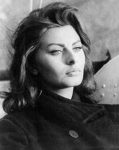 Meditativa la Sophia Loren.