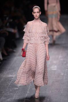 Pin for Later: Die 12 größten Modetrends der Fashion Weeks Herbst/Winter 2016 Viktorianische Einflüsse (Rüschen und Schluppen) Valentino Herbst/Winter 2016