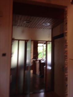 BG Hal - Doorgang naar keuken, de witte omlijsting is origineel