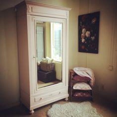 """Antieke grote eikenhouten Franse spiegelkast afgewerkt in de kleur """"Antique pink"""" (zacht pastel roze) en daarna geheel mat oud afgelakt. Er zitten een aantal goudkleurige ornamenten op de kast en de spiegel is facetgeslepen. De kast is geheel demontabel en zou dus naar een bovenverdieping vervoerd kunnen worden en heeft 3 legplanken en een lade aan de onderzijde."""