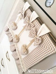 Copri Forno Nocciola con cuori pendenti color nocciola realizzato a mano. I cuori pendenti  sono rimovibili  dai fiocchi per permettere il lavaggio separatamente. Il copri forno è - 19050742