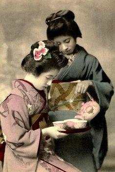 En la ceremonia del té japonesa está presente la armonía de las personas con la naturaleza, el respeto por todo, la pureza de actos y la calma del corazón. Debe ser entendida como una forma de alcanzar la armonía con el universo, un intercambio espiritual entre anfitrión y huéspedes... +info http://www.iloveteacompany.com/2013/12/ceremonia-te-japones-chanoyu.html