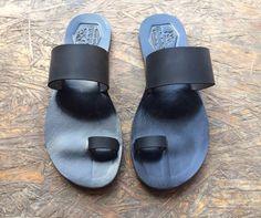 Black Leather Sandals for Women & Men - Design 15 - Handmade Leather Sandals, Casual Leather Flats, Unisex Sandals, Genuine Leather Sandals de WalkaholicS en Etsy https://www.etsy.com/mx/listing/240940785/black-leather-sandals-for-women-men