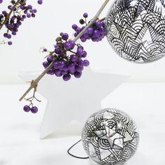 Die Adventszeit kann jetzt kommen, die Kugeln sind fertig bemalt. Bis sie an den Baum kommen, machen sie sich super an Zweigen in der Vase oder als Fensterdeko. #baumkugel #christbaumkugel #weihnachtsschmuck #baumschmuck #interior #advent #adventsschmuck #glaskugel #dekokugel #handbemalt #lineart #pattern #christmasball #christmasdecoration #glassball #handpainted #etsy #smuck