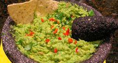 Un clásico de la gastronomía mexicana es sin duda el guacamole, una exquisita salsa hecha a base de aguacate fresco y chiles verdes que se disfrutan concasi todos los antojitos mexicanos, como los tacos, las