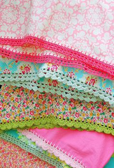 If you looking for a great border for either your crochet or knitting project, check this interesting pattern out. When you see the tutorial you will see that you will use both the knitting needle and crochet hook to work on the the wavy border. Crochet Crafts, Yarn Crafts, Crochet Projects, Sewing Crafts, Sewing Projects, Crochet Trim, Love Crochet, Knit Crochet, Crochet Pillow