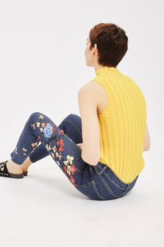 In a perennially cool high-waisted fit, the ankle-grazing MOTO jamie is the original rock 'n' roll skinny jeans that we fell in love with all those years ago. Crafted in a blue super-stretchy cotton blend for our signature soft denim feel, the ankle-grazing style includes multiple pockets, a top button fly and hand painted floral embroidery for a pretty touch.