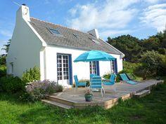 Vakantiehuis in Bretagne in Pleumeur-Bodou (Frankrijk)  Uniek gelegen vrijstaand vakantiehuis op het Ile Grande aan de Côte de Granit Rose bij Plomeur-Bodou. Het gezellig ingerichte huis ligt net over de brug naar het (schier)eiland en heeft een fijne tuin en een fraai terras waar u bij hoog water de zee ziet. Overal zijn leuke zandstrandjes het dichtstbijzijnde ligt op slechts 200 m en is te voet gemakkelijk te bereiken. De ligging is ideaal voor wandelaars de Grande Randonnée 34 begint…