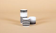 Egal ob auf dem Küchenregal des designbewussten Single-Mannes oder im Küchenschrank des erfolgreichen Architekten-Paares - diese 4 Espressotassen kommen im Set und machen überall eine gute Figur! Und selbst wenn du keinen Espresso trinkst, es macht einfach Spass Besuchern einen anzubieten - und dann diese Tassen aus 100% Porzellan. Check! Maße: 5,5cm x 5,5cm Material: 100% Porzellan Farbe: weiß/schwarz spülmaschinengeeignet 4er Set