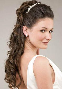 Elegante peinado semirecogido con tiara de estilo muy natural con volumen en la coronilla para hacer más esbelta a la novia