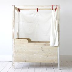 XO-In My Room furniture are handmade from reclaimed wood, using natural products and eco-friendly processes. Each crib is a unique piece, with individual markings and character, as expected from the work of artisans and natural materials.