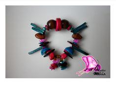Colección ORIGENES Taller de Diseños Atavíos de la Mussa 2014  OFICIO: Bisutería TÉCNICA: Enchapado LINEA DE PRODUCTO: Accesorios(pulsera) MATERIALES: bolas de madera,semillas,tagua,bombona,coco,nacar,cristales de murano,piedras semipreciosas Piezas de Diseño con Identidad !! CONTACTO; DIANA MARIA VARELA( ataviosdelamussa@yahoo.es)