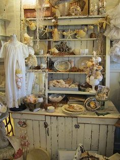 love this rustic shabby charm Antique Booth Displays, Antique Mall Booth, Antique Booth Ideas, Craft Booth Displays, Vintage Display, Store Displays, Antique Shops, Vintage Decor, Booth Decor