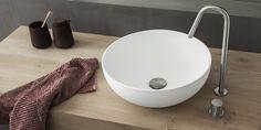 B DUTCH grote waskom wit BOWL is een mat witte strakke design bowl wastafel met afmetingen Ø40*(H)14 cm.  Topkwaliteit materiaal, B-Solid. Dit topkwaliteit materiaal verkleurt/vergeelt niet en is zeer hygiënisch omdat het poriën-vrij is en geen naden kent. #badkamerinspiratie #badkamers #bdutch #bdutchnl #waskom #wasbak #b-solid #solidsurface Corian, Toilet, Sink, Bathtub, Bathroom, Home Decor, Sink Tops, Standing Bath, Washroom