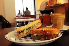 Kolombo Koffiebar is dé place to be op het Eilandje voor lekkere koffie en heerlijke boterhammen.