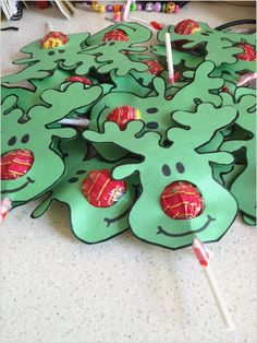 21 Christmas Party Ideas for Kids Chuppa Chups Reindeer Festive Fun If you are looking to throw a brilliant Xmas Party at home this year. Here are 21 Christmas Party Ideas for kids that will the guests feel festive & happy. Noel Christmas, Christmas Goodies, Winter Christmas, Christmas Ornaments, Christmas Recipes, Christmas Ideas For Kids, Homemade Christmas, Christmas Decorations Diy For Kids, Preschool Christmas Gifts For Classmates