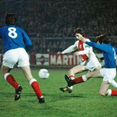 Ajax 3 Rangers 2 agg) in Jan 1973 in Amsterdam. Sandy Jardine clears from Johan Cruyff Rangers Football, Rangers Fc, Football Love, Fc Barcelona, Afc Ajax, Champions League, Glasgow, Legends, History