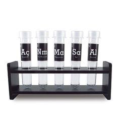 Deixe sua cozinha mais divertida e com uma pegada geek cheia de estilo com este porta temperos com elementos químicos da tabela periódica.