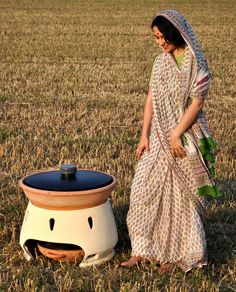 beautiful clay water filter Solar-powered water distiller, meant to provide 5 liters of drinkable water every day. Renewable Energy, Solar Energy, Solar Oven, O Gas, Solar Water, Water Storage, Distilled Water, Water Filter, Sustainable Living