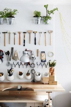 A fundamental tool basket is an easy, compact and lightweight remedy to keep small gardening tools. Garden Tool Organization, Garden Tool Storage, Studio Organization, Garage Storage, Pegboard Storage, Garage Organization, Organization Ideas, Best Garden Tools, Gardening Tools
