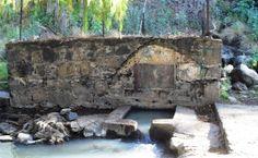 Ziquítaro. Aquí, en el Ojo de Agua, es el nacimiento del manantial, protegido por una construcción de  piedra. A esa pileta, han llegado por generaciones los cántaros para surtir del líquido a los barrios. Ahora menos, con el sistema de agua potable, que data desde los sesenta.