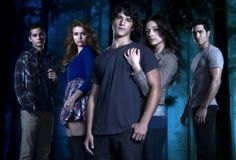 Teen Wolf - Promo shot of Tyler Hoechlin, Tyler Posey, Holland Roden, Dylan O'Brien & Crystal Reed Teen Wolf Cast, Teen Wolf Mtv, Crystal Reed, Scott Mccall, Dylan O'brien, Lacrosse, Werewolf Hunter, Max Carver, The Inbetweeners