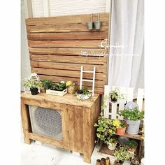 Perfect for covering an eyesore in the backyard. Ac Cover, Outdoor Pallet Projects, Pallet Decking, Small Balcony Design, Diy Exterior, Garden Works, Small Gardens, Cool Diy, Ladder Decor