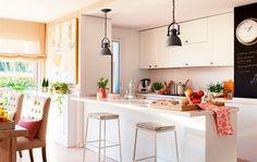 Fuera las paredes. Esta cocina se abre al office, tiene vistas al salón y una larguísima barra con zona de desayuno