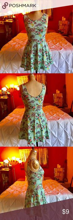 Floral Skater Dress Super cute & flattering spring/ summer time dress! Only worn a couple of times. Material is stretchy and comfy. ✨I LOVE OFFERING BUNDLE DISCOUNTS!✨🌺🌻 Dresses Midi
