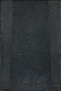 Antoni Tàpies: Composició vertical negra,  1960. Mixed media on wood, 195 x 130 cm. Axel Vervoordt Gallery, Antwerpen/Hong Kong.