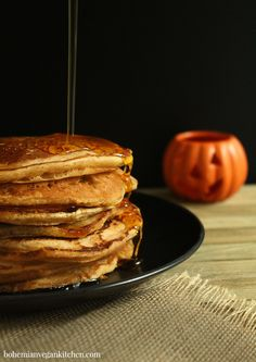 Enjoy the flavors of autumn for breakfast with these easy Pumpkin Spiced Vegan Pancakes! And no guilt here: oil-free + refined sugar-free. Vegan Pumpkin Pancakes, Vegan Pumpkin Cookies, Pancakes Easy, Pancakes And Waffles, Vegan Muffins, Breakfast Pancakes, Breakfast Burritos, Vegan Keto, Vegan Food