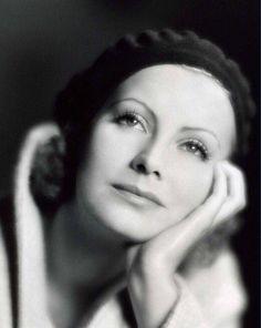 "(via https://pbs.twimg.com/media/CSY2XdyUcAABiih.jpg) Greta Garbo """