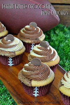 Peanut Butter Chocolate Twist Cupcakes When two of your favorite flavors come together to create the BEST cupcake EVER! Yummy Treats, Delicious Desserts, Sweet Treats, Yummy Food, Muffin Recipes, Cupcake Recipes, Dessert Recipes, Fun Cupcakes, Cupcake Cakes