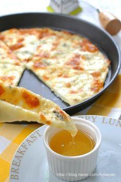 [고르곤졸라피자, 고르곤졸라피자 만들기, 고르곤졸라치즈,피자] 달콤한 꿀에 찍어먹는 '고르곤졸라 피자'~... Cooking Recipes For Dinner, Easy Cooking, No Cook Meals, Cafe Food, Food Menu, Korean Bread Recipe, Gorgonzola Pizza, Good Food, Yummy Food