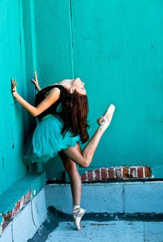 Look at that color! Girl Senior Pictures, Dance Pictures, Senior Girls, Model Pictures, Fashion Pictures, Art Ballet, Ballet Dance, Ballerina Dancing, Girl Dancing