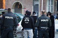 Hvad er Loyal to Familia?/ BV: Loyal To Familia medlemmer stoppet i fire luksusbiler på Åboulevarden. En…