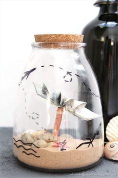Geldgeschenke persönlich und kreativ verpacken? Wie wär's mit einem Reiseglas für den Zuschuss zur Reisekasse? Hier geht's zur Anleitung...