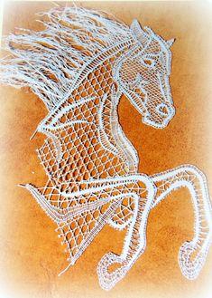 SM15, 1.5€ Merci à J. Hénaux pour ce magnifique cheval. Ce petit modèle vraiment mignon a été réalisé par Michèle Duval, cela rend vraiment bien sur le coussin. Étant fan de cheval je ne peux qu'approuver cette dentelle aux couleurs réalistes et...