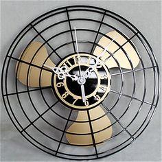 Wandklok ventilator Een mooie klok, voor in de woonkamer in de stijl van een ventilator! Deze mooie wandklok is verkrijgbaar in drie verschillende kleuren. Een gouden kleur, een zwarte en een zilveren. Deze klok heeft een breedte en hoogte van 30 bij 30 centimeter. Bekijk de afbeeldingen, en bestel jouw nieuwe wandklok!