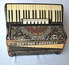 Antigo acordeon da famosa marca italiana BERTONE LOCATELLI - acompanha mala original, Caixa perfeita.
