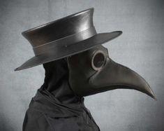 Ce masque est identique à notre masque de médecin de peste populaire Krankheit, mais avec un bec étendu. Il mesure environ 2½ po. long (6,3 cm). Le