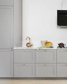16 IKEA-køkkener der ligner en million Kitchen Room Design, Kitchen Cabinet Design, Interior Design Kitchen, Kitchen Decor, Grey Ikea Kitchen, Grey Kitchens, Home Kitchens, Ikea Kitchen Inspiration, Kitchen Cabinets On A Budget