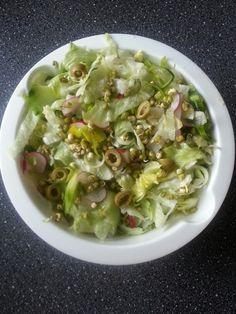 ledovy salat s naklicenymi mungo fazolkami, porek, rekvicky, okurek a olivy; zakapane olivovym olejem