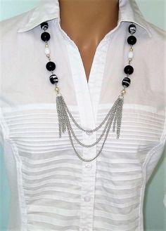 Multi-rangs perles collier, fait main par Ralston Originals. Ce collier est fait avec des perles noires et blanches, chaîne en argent, perles en argent, noir et blanc multi perles colorées, et multi brins de chaîne en argent en couches. Le collier est de 30 pouces de long. Ce