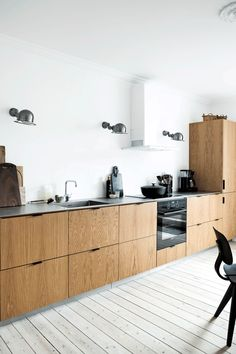 Ikea hack: Modern oak kitchen // Ikea hack: modern oak kitchen - Ikea DIY - The best IKEA hacks all in one place Wooden Kitchen, Ikea Kitchen, Rustic Kitchen, Kitchen Furniture, Kitchen Interior, Kitchen Decor, Kitchen Tiles, Kitchen Pantry Storage, Scandinavian Kitchen