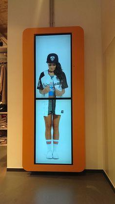 kompas im Einsatz: snipes Digital Kiosk, Digital Retail, Retail Signage, Wayfinding Signage, Interactive Media, Interactive Design, Outdoor Digital Signage, Retail Technology, Sign Board Design