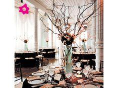 Centro de mesa com galho e flores rosas