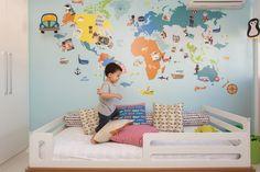 A família adora viajar e pediu ao MILK STUDIO um mapa bem grandão para o quarto do filho, GUSTAVO, de 2 anos. Um mundo colorido cobre uma parede inteira!