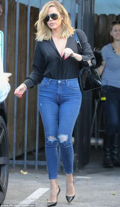 Khloe Kardashian goes braless in a black blouse for trip to the studio Khloe Kardashian Skinny, Khloe Kardashian Photos, Koko Kardashian, Estilo Kardashian, Kardashian Jenner, Kardashian Fashion, Jeans Slim, Mom Jeans, Kylie