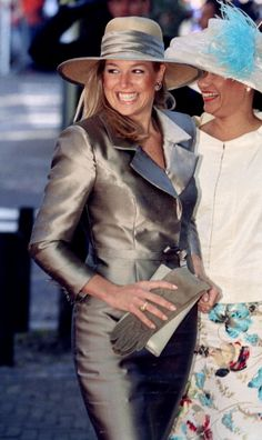Máxima, May 19, 2001 Love the lining and firm fabric and shiny color of her outfit. These items support her inner power and give her a powerful look, unless the light color (cool). The color supports the cool tones of her skin. Not suitable for a formal setting. Medium profile.